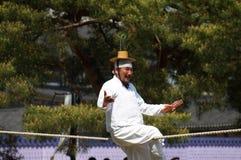 El viejo hombre coreano se realiza en la cuerda tirante Imagen de archivo libre de regalías