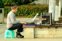 El viejo hombre de Yaan China-Uno está jugando el órgano electrónico Imagenes de archivo