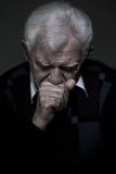 El viejo hombre envejecido está de luto a su esposa Foto de archivo libre de regalías