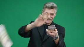El viejo hombre lanza el dinero en el aire metrajes