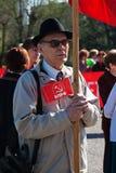 El viejo hombre participa en la demostración del primero de mayo en Stalingrad Fotos de archivo libres de regalías