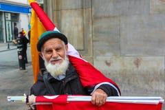 El viejo hombre que vende la bandera Imagen de archivo libre de regalías