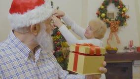 El viejo hombre quiere sorprender a su mujer con el regalo de Navidad almacen de metraje de vídeo