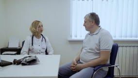 El viejo hombre se queja por su salud al doctor almacen de metraje de vídeo