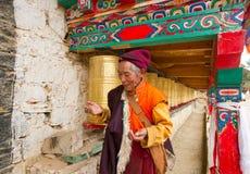 El viejo hombre tibetano rogaba Imágenes de archivo libres de regalías