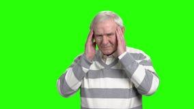 El viejo hombre tiene un dolor de cabeza almacen de metraje de vídeo
