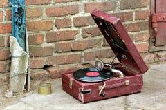 El viejo jugador del gramófono del vintage en una caja roja abandonó afuera Imagen de archivo