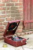 El viejo jugador del gramófono del vintage en una caja roja abandonó afuera Imagen de archivo libre de regalías