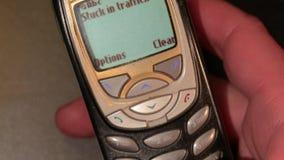 El viejo mandar un SMS del teléfono almacen de video