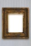 El viejo marco de madera clásico talló a mano en el papel pintado gris Foto de archivo libre de regalías