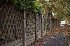 El viejo modelo de la cerca en otoño Fotografía de archivo