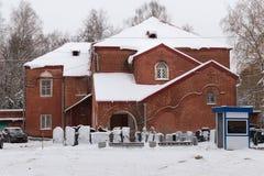 El viejo oа administrativo del edificio el cementerio rojo de Bugrovsky en el invierno fotos de archivo libres de regalías