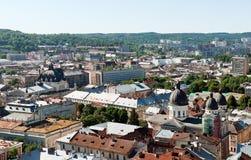 El viejo panorama del vintage de la ciudad de Lviv con las casas cubre la visión superior, Lviv, Ucrania Foto de archivo