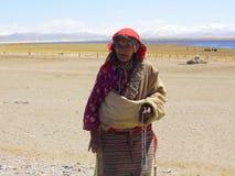 El viejo tibetano piadoso Imagen de archivo libre de regalías