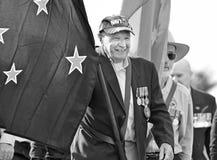 El viejo veterano australiano de la marina de guerra lleva el portador de bandera del desfile de Anzac Day imagen de archivo libre de regalías