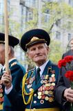El viejo veterano viene celebrar a Victory Day en conmemoración de los soldados soviéticos que murieron durante gran guerra patri Imagen de archivo