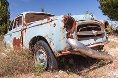 El viejo vintage abandonado aherrumbró coche Fotografía de archivo libre de regalías