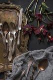 El viejo vintage adornó la bandeja del cobre de los cubiertos y del níquel de la antigüedad Fotografía de archivo
