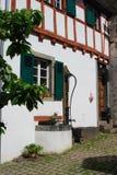 El viejo waterpump y woodframed la casa en Ediger Alemania imagenes de archivo