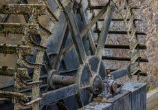 El viejo y de madera whell del watermill en sol Imágenes de archivo libres de regalías