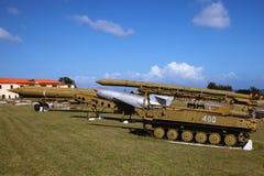 El viejo y roto, rasguñó los cohetes de Unión Soviética y el arsenal, establecido en Cuba, señaló al cielo azul imágenes de archivo libres de regalías