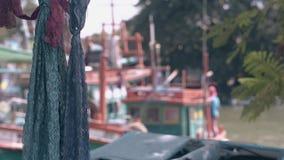 El viento agita las bufandas y la bahía de encaje con los barcos en fondo almacen de video