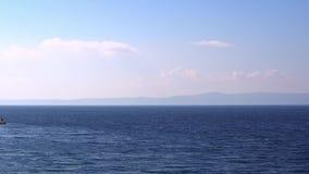 El viento de tormenta conduce las ondas al mar metrajes