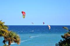 El viento del invierno propulsa a las personas que practica surf de Boca Raton, playa de la cometa de la Florida Imagen de archivo