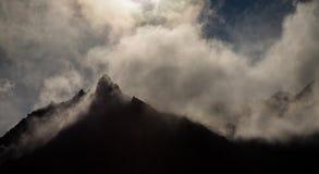 El viento empuja las nubes en las cumbres almacen de video
