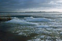 El viento rompe un hielo Foto de archivo