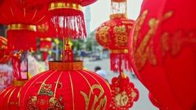 El viento sacude las linternas chinas grandes en mercado callejero en ciudad