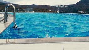 El viento sopla sobre la superficie de la piscina almacen de video