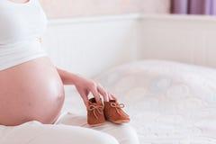 El vientre de la mujer embarazada joven foto de archivo libre de regalías