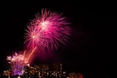 El viernes por la noche fuegos artificiales de Waikiki foto de archivo