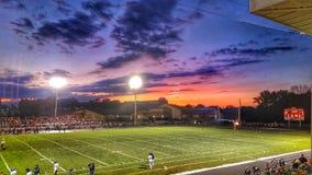 El viernes por la noche puesta del sol del fútbol Foto de archivo