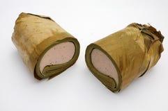 El vietnamita coció la salchicha de cerdo al vapor envuelta debajo de la hoja del plátano, medio rollo dos Foto de archivo