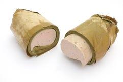 El vietnamita coció la salchicha de cerdo al vapor envuelta debajo de la hoja del plátano, medio rollo dos Fotos de archivo libres de regalías