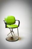 El vinilo verde de la vendimia cubrió la silla del departamento de peluquero. Imagen de archivo