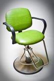 El vinilo verde de la vendimia cubrió la silla del departamento de peluquero. Fotos de archivo libres de regalías
