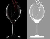 El vino consigue en el vidrio (con la máscara) Imagen de archivo