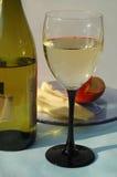 El vino de mesa blanco sirvió con queso y frutas Foto de archivo