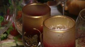 El vino espumoso vertió en una copa de vino metrajes