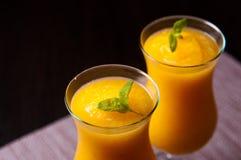 El vino espumoso y el zumo de naranja con hielo beben Foto de archivo libre de regalías