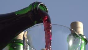 El vino está vertiendo de la botella metrajes