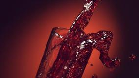 El vino, jugo de uva, jugo de la granada, jugo de la cereza se vierte en un vidrio metrajes