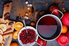 El vino reflexionado sobre, placa con los arándanos, naranjas, manzanas y canela rallado Visión desde arriba imagen de archivo
