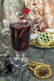 El vino reflexionado sobre y pica las empanadas Imagen de archivo