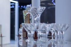 El vino rojo del mondoro de Asti de los vidrios de Champán subió imágenes de archivo libres de regalías