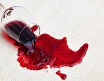 El vino rojo se derramó en la alfombra Imágenes de archivo libres de regalías
