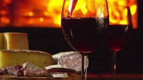El vino rojo se vierte en los vidrios almacen de metraje de vídeo